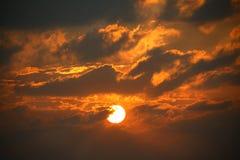 Salida del sol de estallido dramática Imagen de archivo