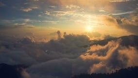 Salida del sol de Hehuanshan en el amanecer, parque nacional de Taroko, Taiwán almacen de video