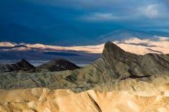 Salida del sol de hombres del faro en Death Valley Fotografía de archivo