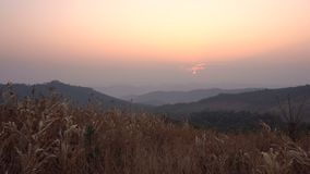 salida del sol de 4K Timelapse sobre el valle detrás de la montaña en Tailandia, Chiang Mai Paisaje rural metrajes