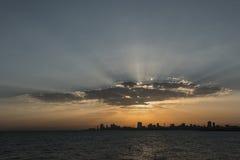 Salida del sol de Kuwait con los rayos de la nube y del sol fotografía de archivo libre de regalías