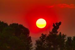 Salida del sol de la bola de fuego imágenes de archivo libres de regalías