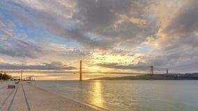 Salida del sol de la ciudad de Lisboa con noche del puente del 25 de abril al timelapse del día almacen de video