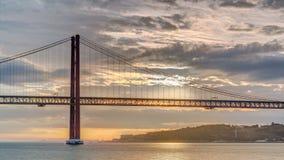 Salida del sol de la ciudad de Lisboa con noche del puente del 25 de abril al timelapse del día almacen de metraje de vídeo