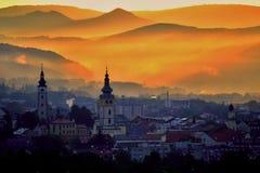 Salida del sol de la ciudad sobre la montaña Fotografía de archivo