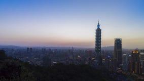 Salida del sol de la ciudad de Taipei con la opinión del paisaje urbano de Taiwán y del cielo nublado metrajes