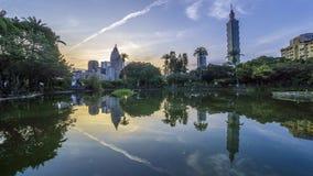 Salida del sol de la ciudad de Taipei del lapso de tiempo con la opinión del paisaje urbano de Taiwán y de la reflexión metrajes