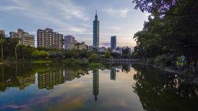 Salida del sol de la ciudad de Taipei del lapso de tiempo con la opinión del paisaje urbano de Taiwán y de la reflexión tomados d almacen de metraje de vídeo