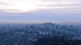 Salida del sol de la ciudad y de Lotte Tower, Corea del Sur de Seul Lapso de tiempo metrajes