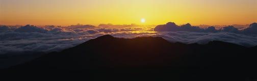 Salida del sol de la cumbre del volcán de Haleakala Foto de archivo