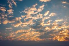 Salida del sol de la mañana con el cielo nublado Fotografía de archivo libre de regalías