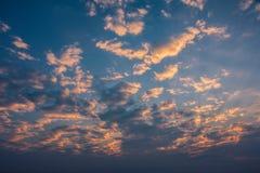 Salida del sol de la mañana con el cielo nublado Fotos de archivo