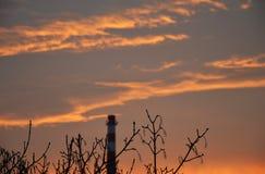 Salida del sol de la mañana con los árboles y la chimenea en el› Å™ice de LitomÄ imágenes de archivo libres de regalías
