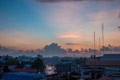 Salida del sol de la mañana con la nube y el rayo de sol grandes Imagen de archivo