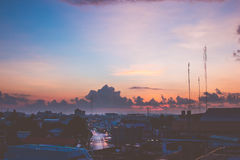 Salida del sol de la mañana con la nube y el rayo de sol grandes Foto de archivo