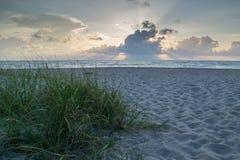 Salida del sol de la mañana de la playa Imágenes de archivo libres de regalías