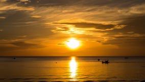 Salida del sol de la mañana en el mar Foto de archivo