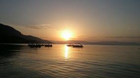 Salida del sol de la mañana en la playa Fotos de archivo