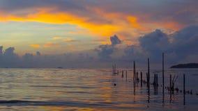 Salida del sol de la mañana en la luz de oro del verano, chispa hermosa de la agua de mar videoclip de 4K UHD metrajes