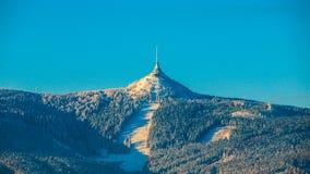 Salida del sol de la mañana en la montaña Jested y Ski Resort bromeado Humor de invierno Liberec, República Checa imagenes de archivo
