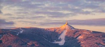 Salida del sol de la mañana en la montaña Jested y Ski Resort bromeado Humor de invierno Liberec, República Checa Tiro panorámico imagenes de archivo
