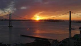 Salida del sol de la mañana sobre San Francisco Bay Bridge almacen de video