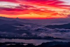 Salida del sol de la mañana y de niebla de la montaña Foto de archivo libre de regalías