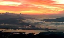 Salida del sol de la mañana y de niebla de la montaña Fotos de archivo libres de regalías