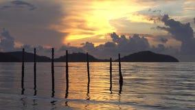 Salida del sol de la ma?ana en la luz de oro del verano, chispa hermosa de la agua de mar videoclip de 4K UHD metrajes