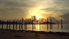 Salida del sol de la ma?ana en la luz de oro del verano, chispa hermosa de la agua de mar videoclip de 4K UHD almacen de video
