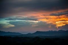 Salida del sol de la mañana sobre las montañas silueteadas Imágenes de archivo libres de regalías