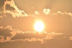Salida del sol de la madrugada con las nubes imagenes de archivo