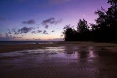 Salida del sol de la madrugada del paisaje en la orilla Foto de archivo