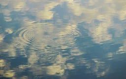 Salida del sol de la madrugada en el agua con las ondulaciones Fotografía de archivo libre de regalías
