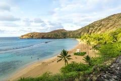 Salida del sol de la madrugada de la playa de la bahía de Hanauma - Oahu Hawaii imagenes de archivo