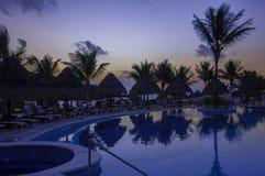 Salida del sol de la madrugada por la piscina en un centro turístico de cancun Foto de archivo