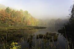 Salida del sol de la madrugada sobre un lago Imagen de archivo libre de regalías
