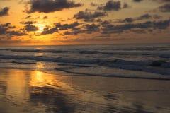 Salida del sol de la madrugada a través del océano imágenes de archivo libres de regalías