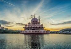 Salida del sol de la mezquita de Putra fotos de archivo libres de regalías