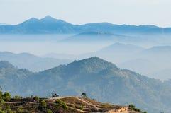 Salida del sol de la montaña del paisaje Foto de archivo libre de regalías