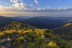 Salida del sol de la montaña en tiempo de verano fotos de archivo