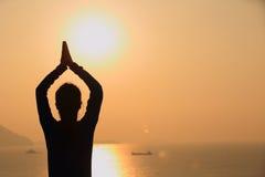 Salida del sol de la mujer de la yoga Imagen de archivo libre de regalías