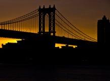 Salida del sol de la naranja del puente de Manhattan Imágenes de archivo libres de regalías