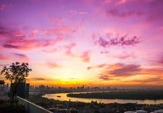 Salida del sol de la opinión del río por la mañana preciosa Fotografía de archivo libre de regalías