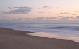 Salida del sol de la persona que practica surf Imagen de archivo libre de regalías
