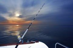 Salida del sol de la pesca del barco en el océano del mar Mediterráneo Fotos de archivo libres de regalías