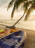 Salida del sol de la playa con los kajaks imagenes de archivo