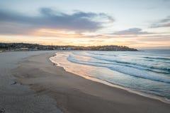 Salida del sol de la playa de Bondi Forma del este Sydney del suburbio Imagen de archivo libre de regalías