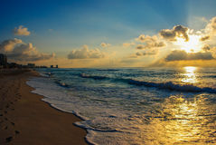 Salida del sol de la playa del océano Fotos de archivo libres de regalías