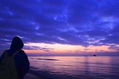 Salida del sol de la playa del reloj de la mujer Imagenes de archivo